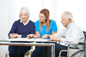 Beratung von Senioren im Pflegeheim